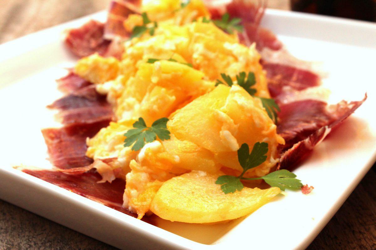 Revuelto de patatas con jamón