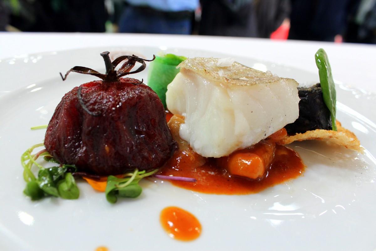 Bacalao con tomate asado callos de bacalao ensalada de lechuga y morcilla - Miguel Cobo
