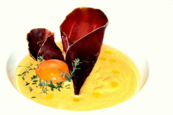 Crema de niscalos, cecina y yema de huevo