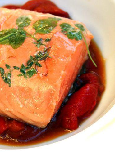 Salmón confitado a baja temperatura sobre pimientos asados y puré de coliflor
