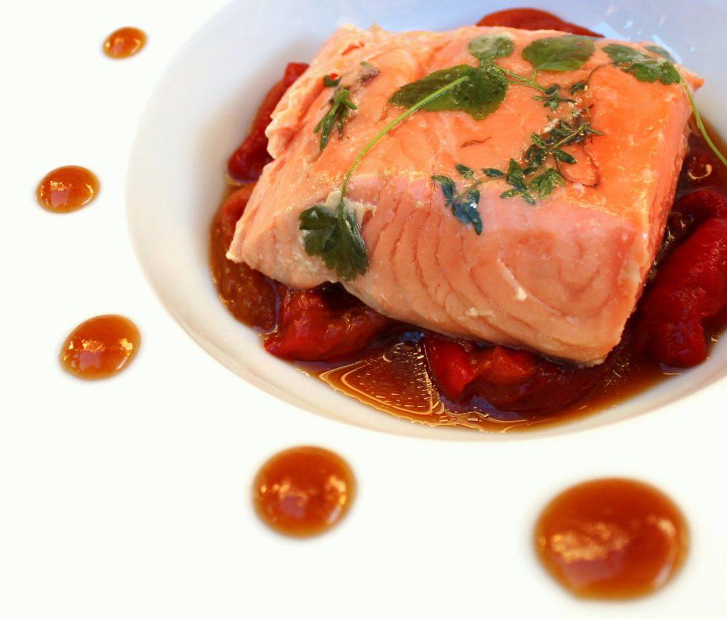 Salm n confitado sobre pimientos asados y pur de coliflor for Cocina a baja temperatura