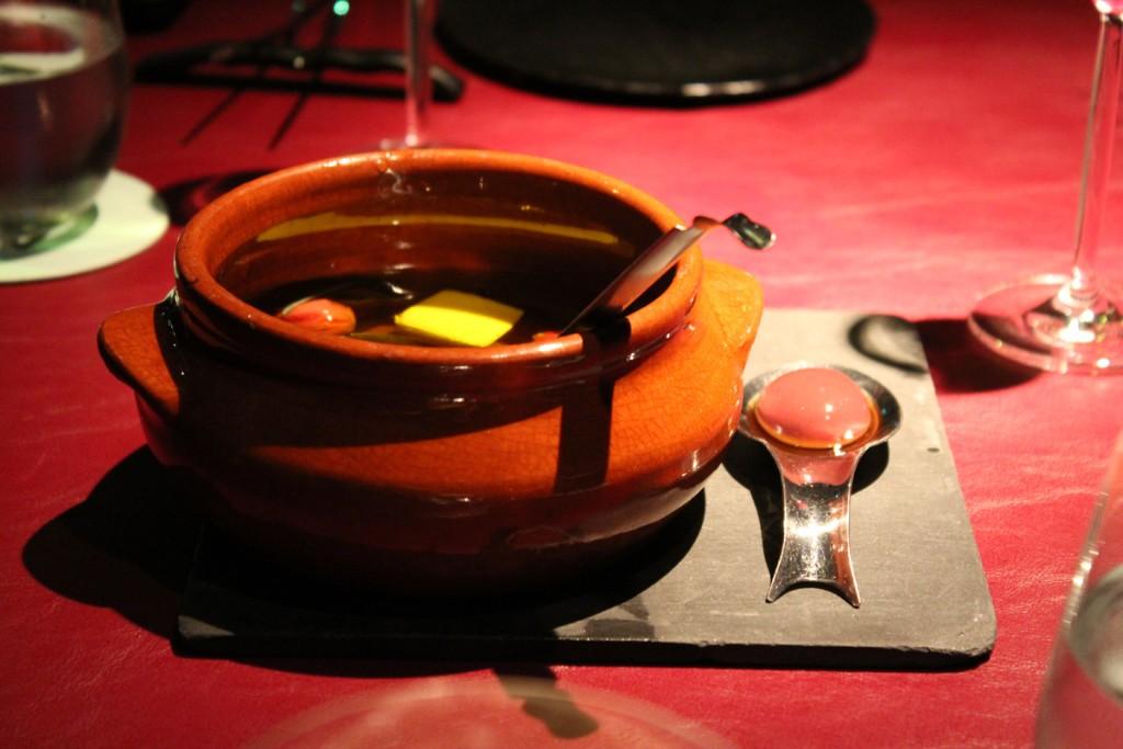 En una olla de barro con aceite de oliva y hierbas: Olivas kalamata