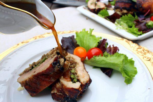 Servimos un par de rodajas del lomo de cerdo relleno en cada plato, salseamos y acompañamos con la guarnición elegida.