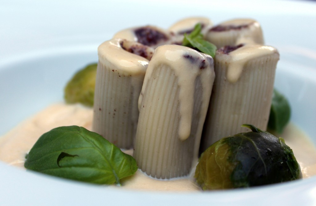 rigatoni rellenos de morcilla sobre crema de garbanzos-2