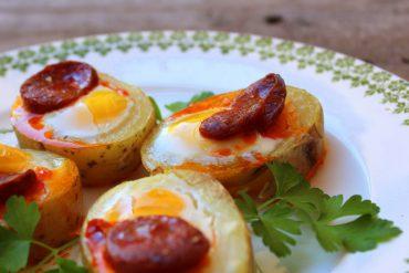 Canapé de patata con huevo de codorniz y chorizo