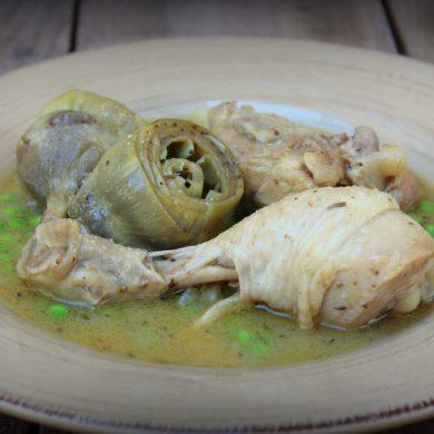 Pollo con alcachofas y guisantes