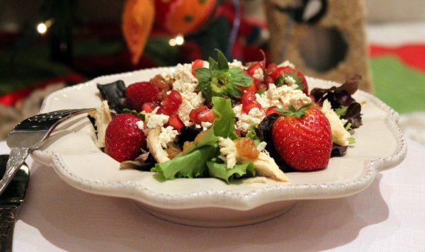 Ensalada de Pularda, queso feta y frutos rojos