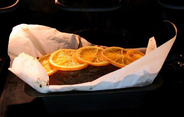 Colocamos unas rodajas de naranja confitada encima del bizcocho y horneamos unos diez minutos más.