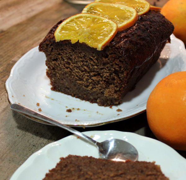 Bizcocho de chocolate con almíbar de naranja