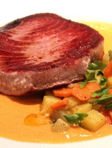 Receta de Lomo de atún rojo con tomate y verduras salteadas