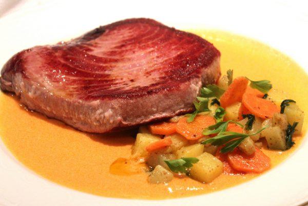 Lomo de atún rojo a la plancha con verduras
