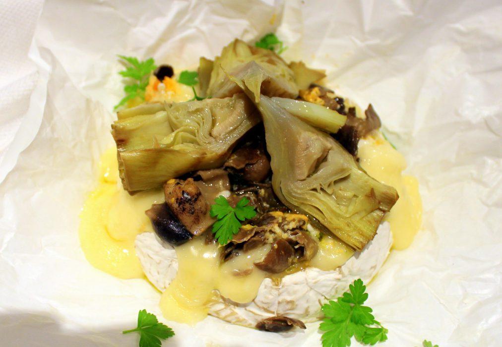 Queso camembert con helvellas y alcachofas confitadas