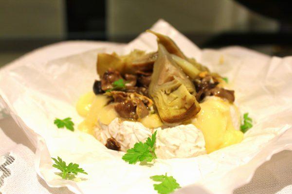 Queso camembert relleno de helvellas y alcachofas confitadas