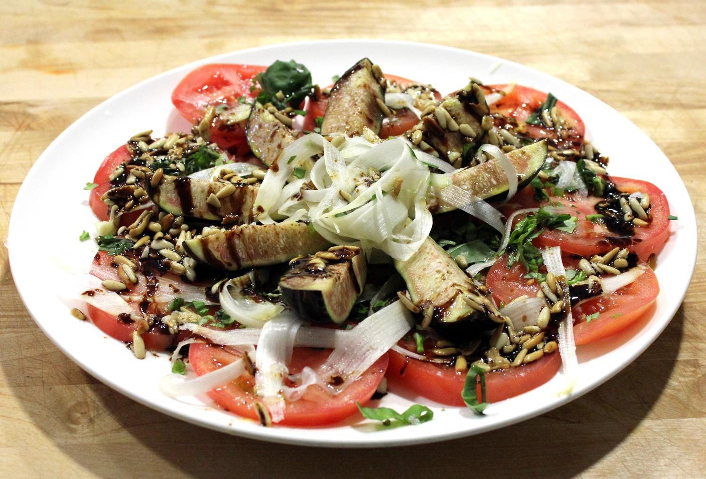 Ensalada de tomate, con ingredientes de temporada