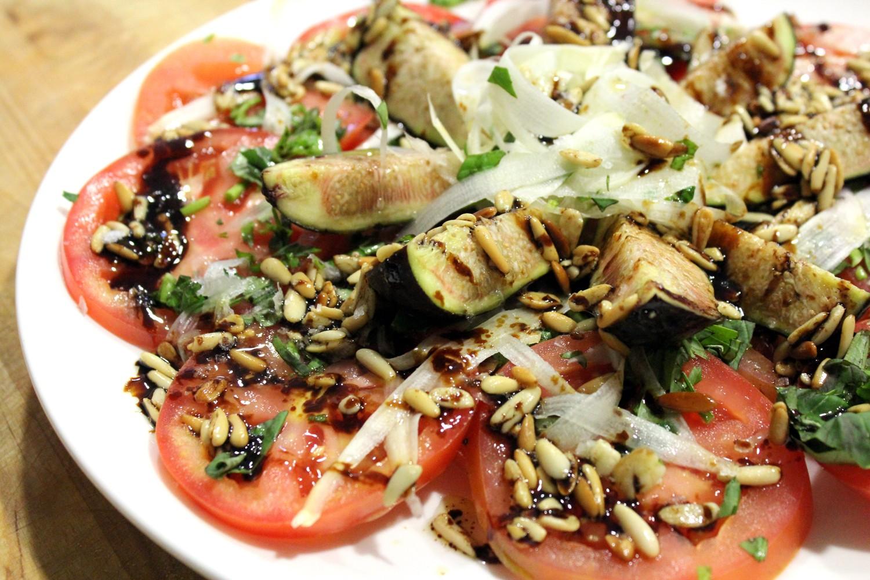 Ensalada de tomate, espárragos frescos, brevas y piñones