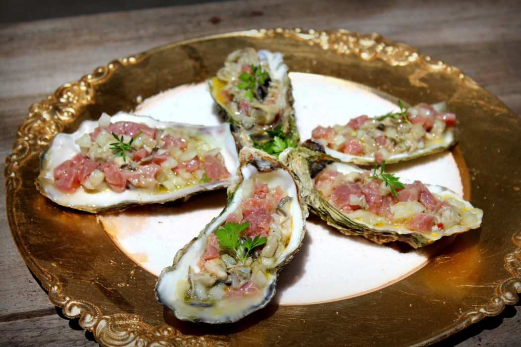 Tartar de atún rojo sobre ostras frescas