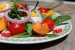 Ensalada con fruta y gominolas