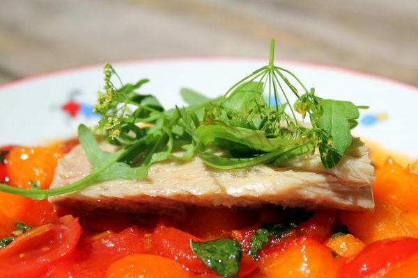 Ensalada de bonito con tomates y albaricoques salteados