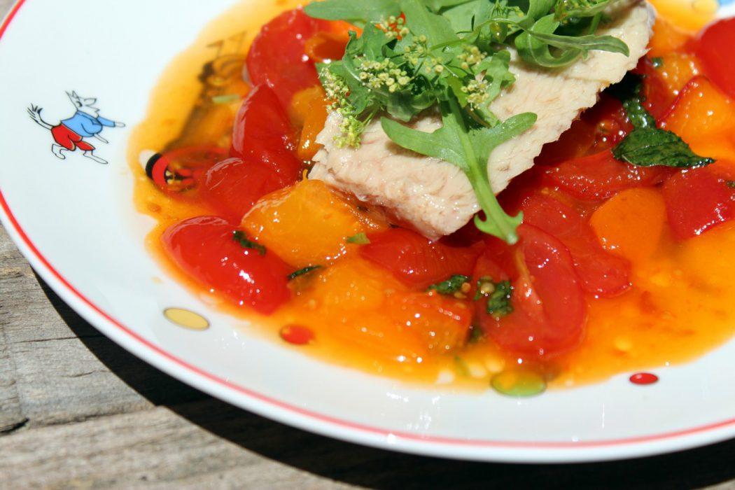 Ensalada de bonito con tomate y albaricoques