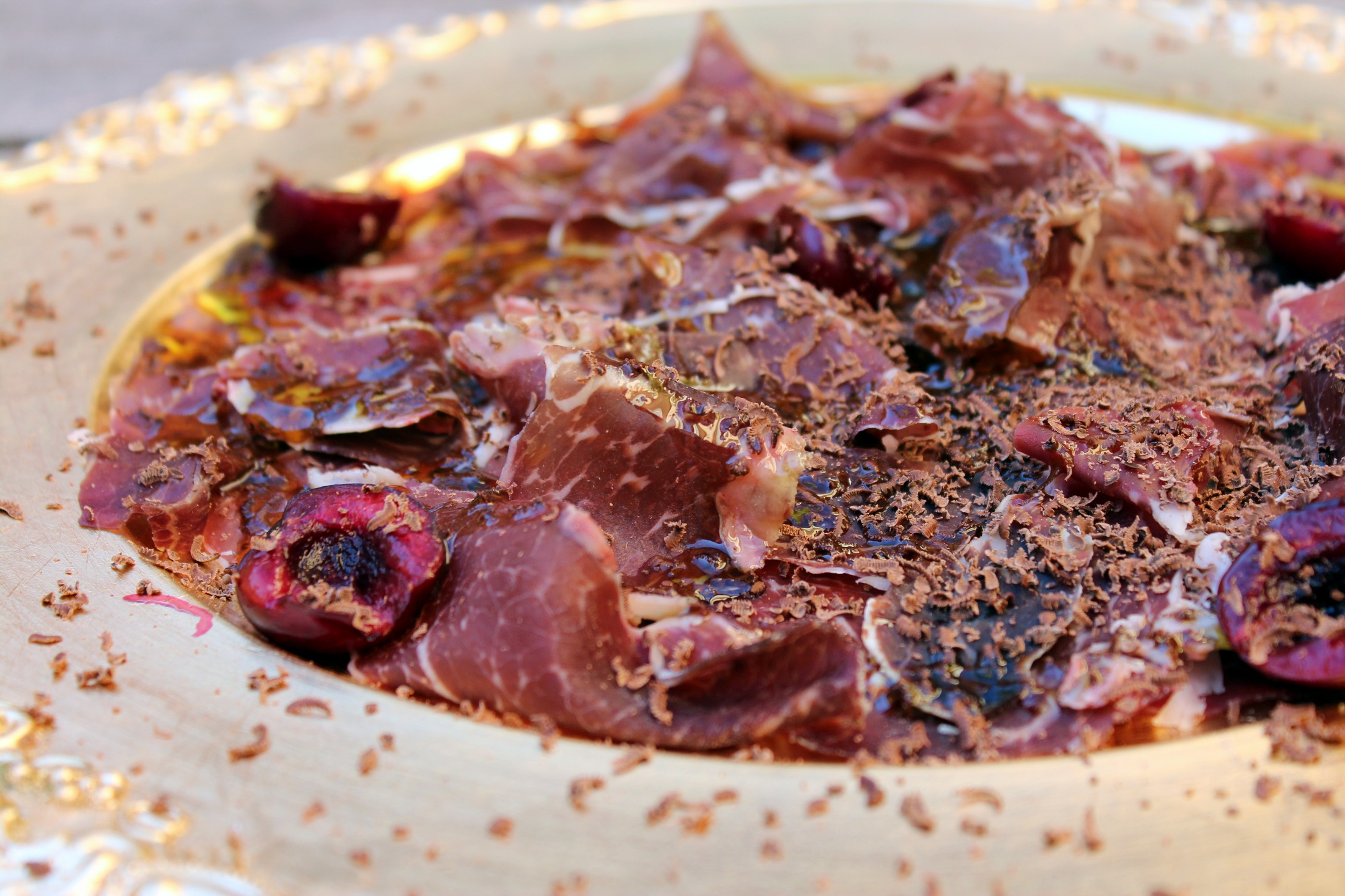 Cecina con chocolate, aceite de oliva y picotas