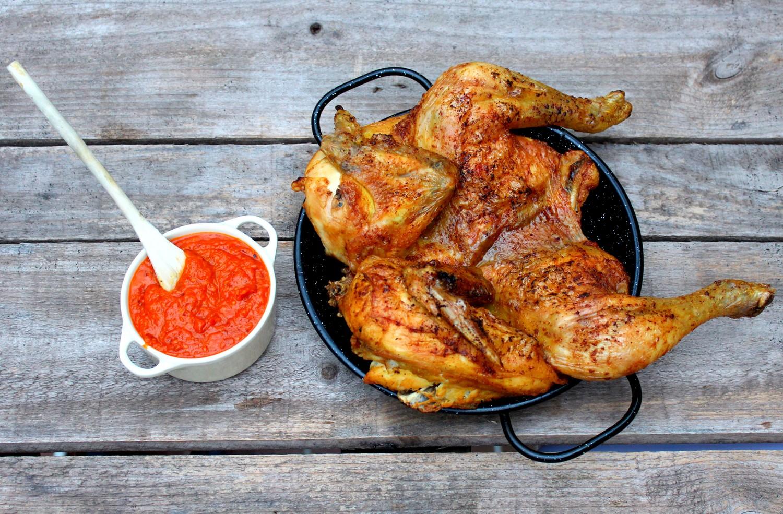 Pollo al curry al horno con salsa romesco