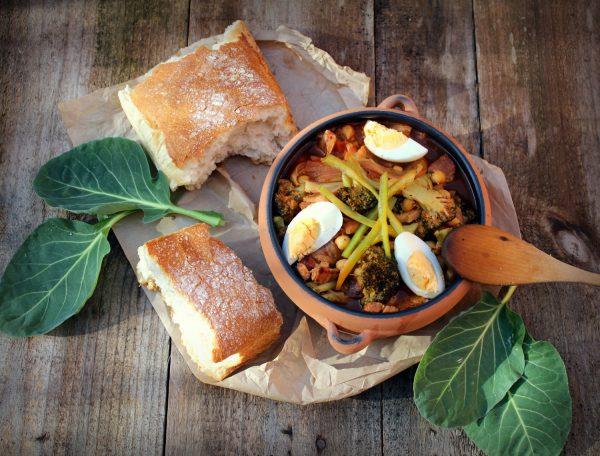 Garbanzos con verduras y panceta