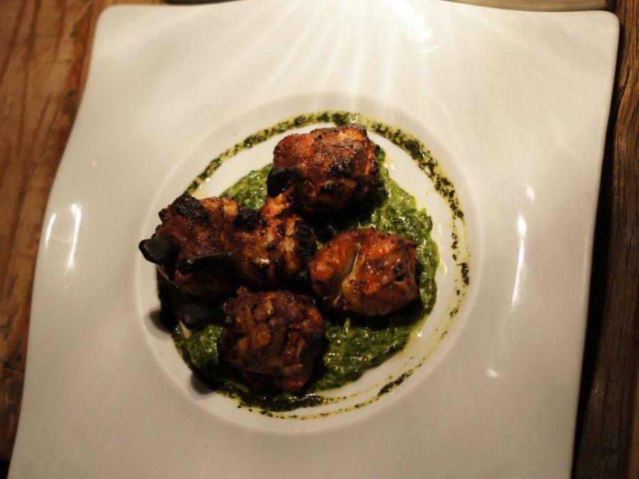 Chupa Chups de pollo macerados con especias y cocinados en horno tandori