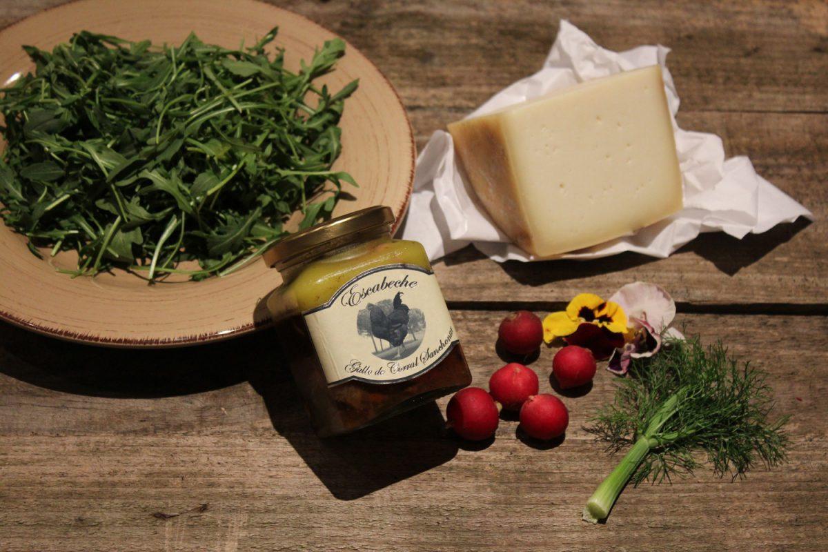 Ensalada de rúcula y gallo de corral en escabeche con queso de oveja