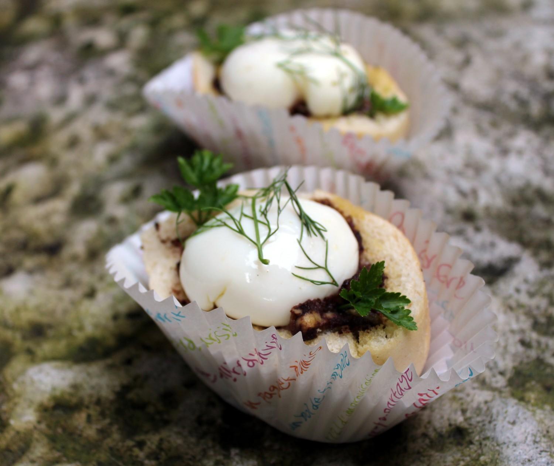 panecillos rellenos con crema de morcilla y huevo poche