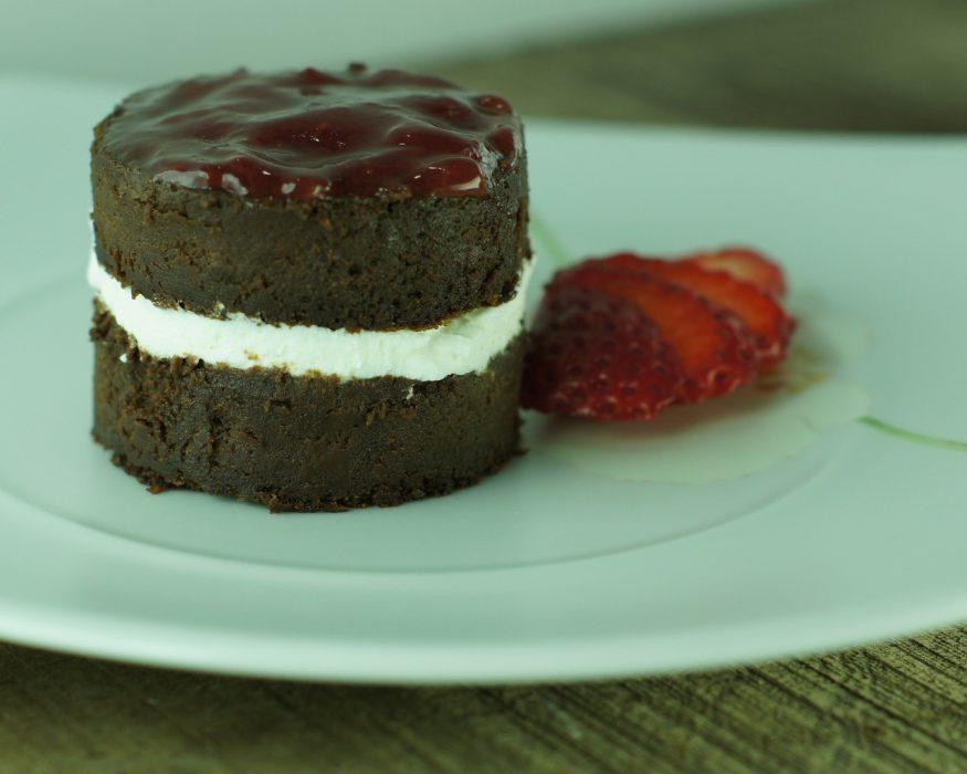Tarta de Chocolate con nata y fresa (1)