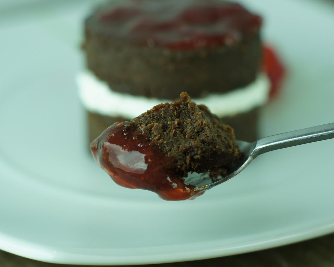 Tarta de Chocolate con nata y fresa (3)