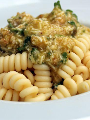 Ensalada de Pasta: Fusilli con pesto de avellanas y tomate fresco