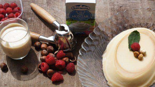 Mientras, ponemos a cocer la nata fresca de montar Central Lechera Asturiana con el azúcar, la crema de avellanas y la esencia de vainilla sin dejar de remover durante unos 15 minutos hasta que llegue a ebullición.