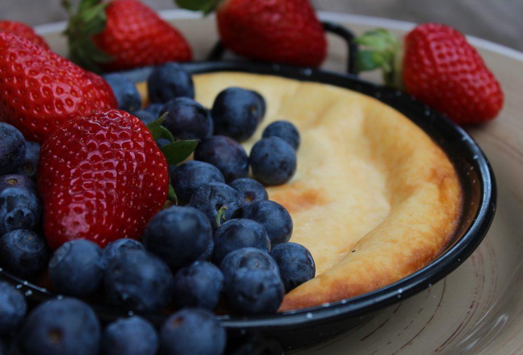 tarta de queso y leche condensada con frutos rojos-1