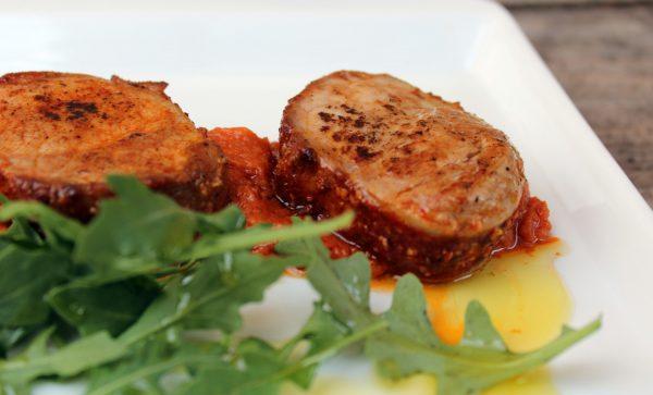 Solomillo de cerdo adobado y salsa de tomates deshidratados