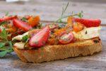 tostas de queso camembert y albaricoques
