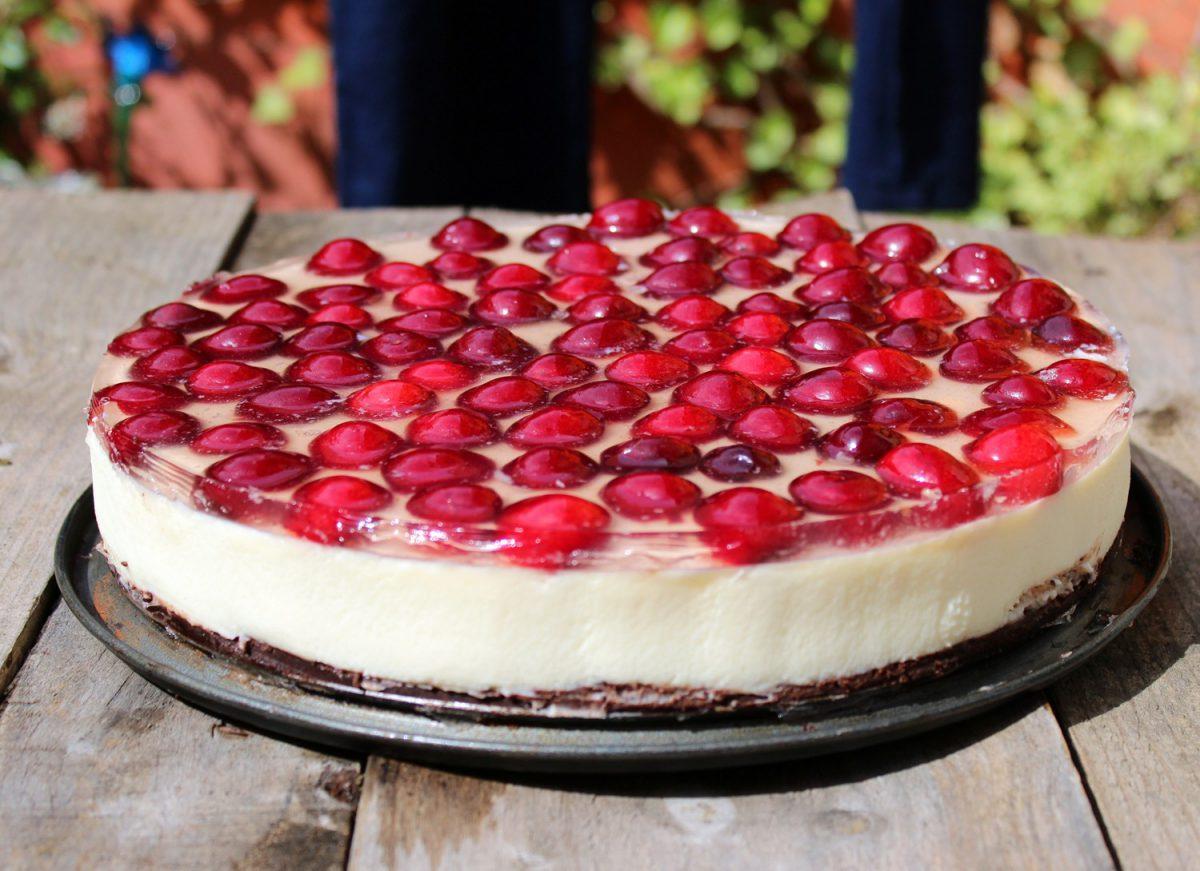Tarta de queso y chocolate blanco con cerezas