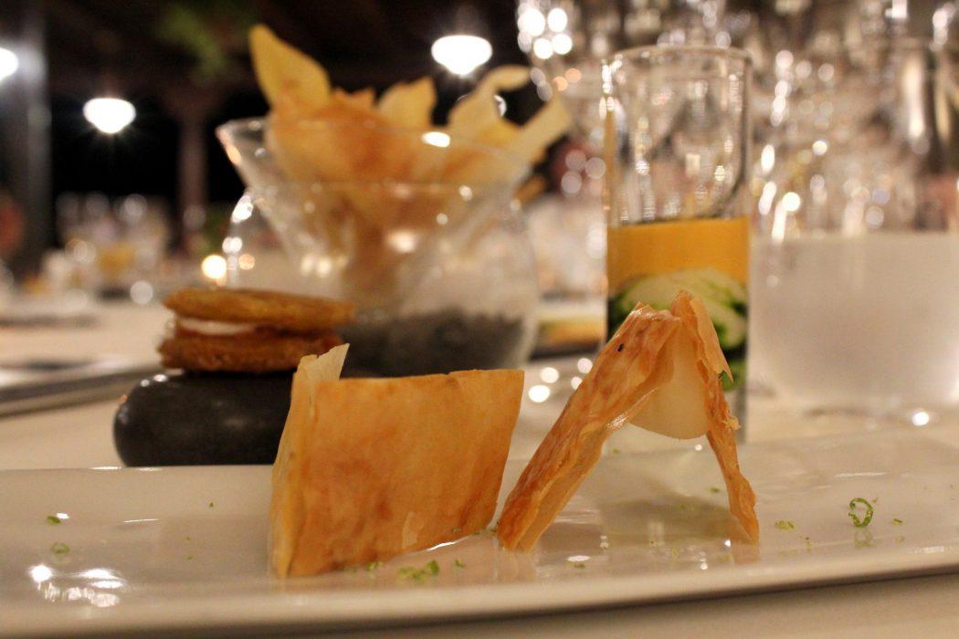 Aperitivos - Chips de tuberculos y platano canario - pinzas de queso Rojillo y lima - brandada de cherne negro y salmorejo de mandarina - oreo de chorizo de teror y yogurt de cabra