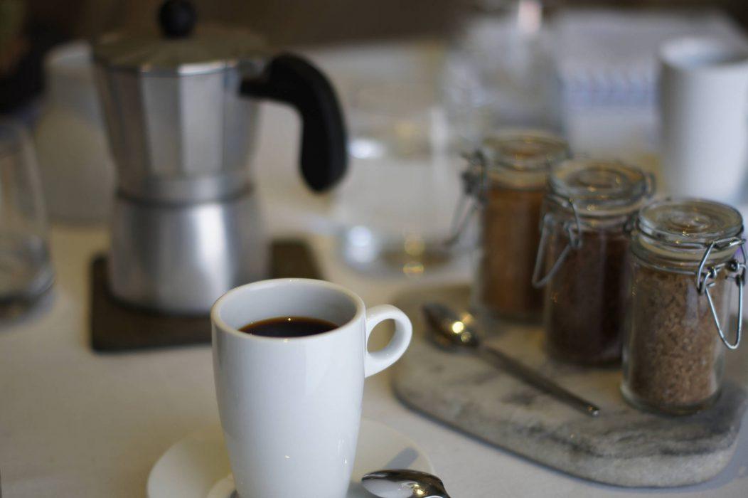 Café servido en cafetera italiana