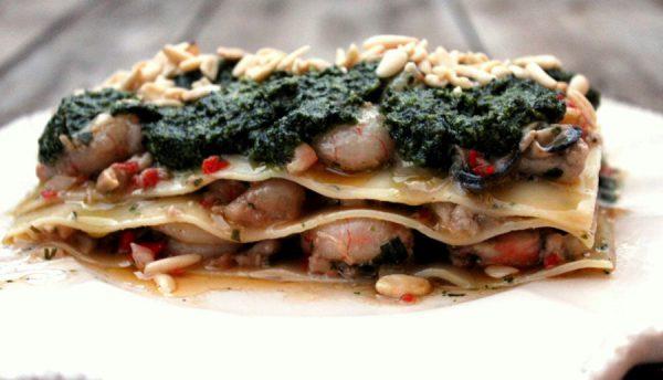 Lasaña de langostinos y almejas con pesto de piñones