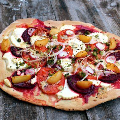 Pizza de remolacha, albaricoques, queso fresco y queso azul