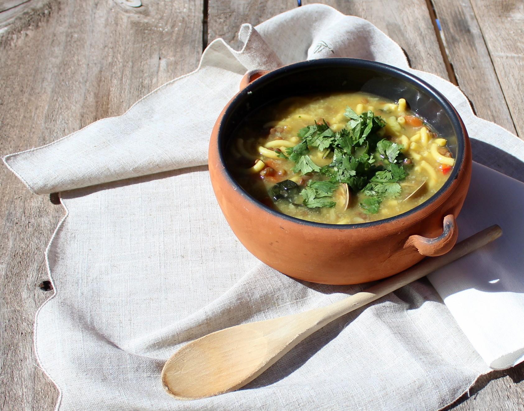 Sopa de lentejas, pasta y almejas