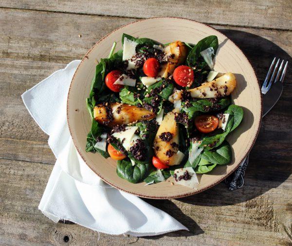 Ensalada de espinacas con pera caramelizada y tapenade de aceitunas negras