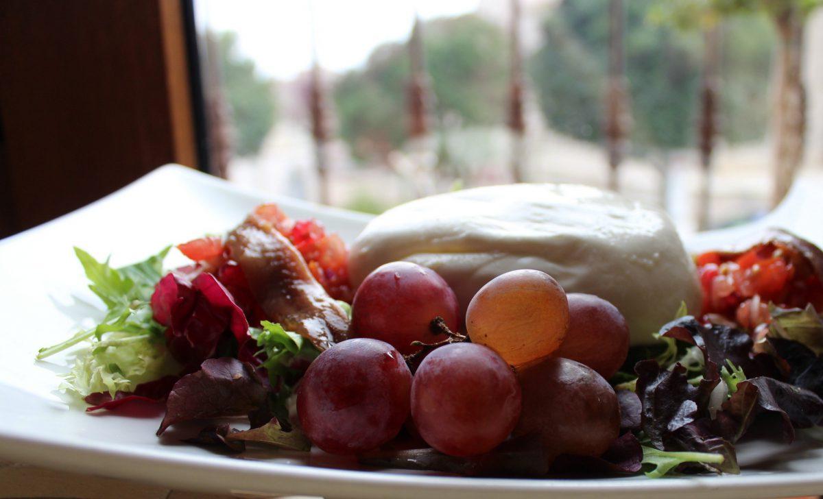 Ensalada de Burrata con tartar de tomate, granada y anchoas