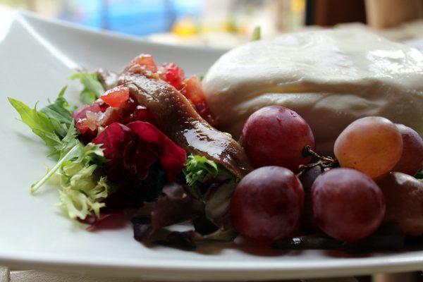 Ensalada de queso Burrata con tartar de tomate, granada y anchoas