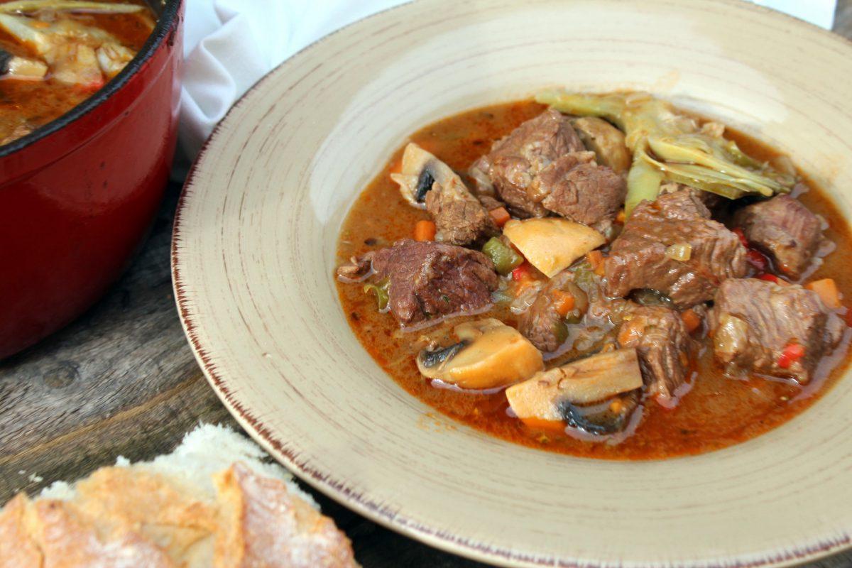 Guiso de carne con alcachofas y champiñones