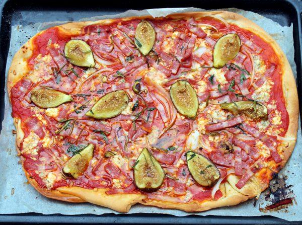 Pizza de bacon de pavo con brevas