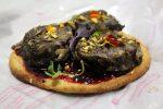 Pizza de morcilla y mermelada de ciruelas rojas con tortas de aceite Inés Rosales