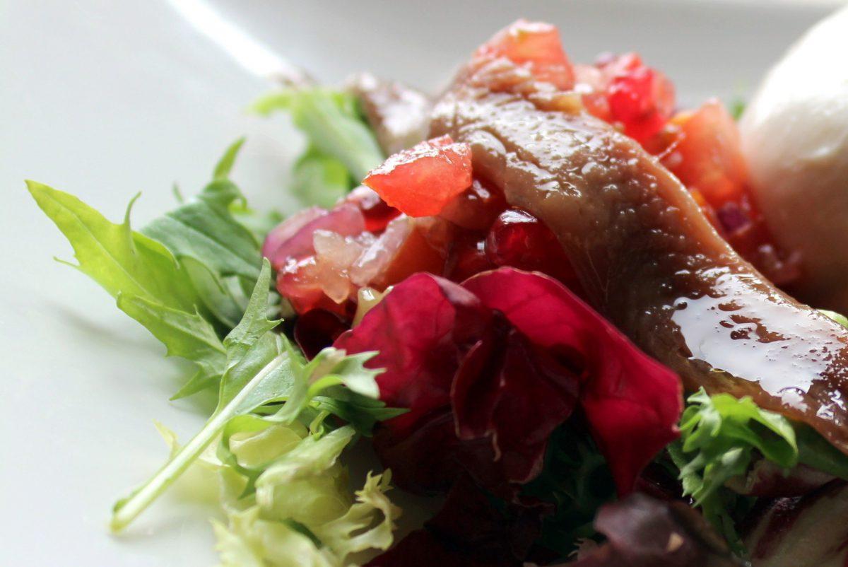 Tartar de tomate y granada con anchoa