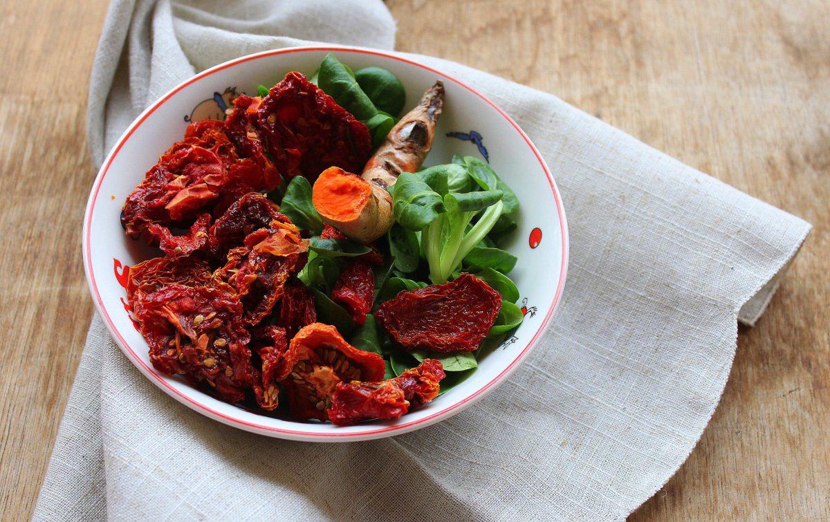 Tomates deshidratados, cúrcuma fresca y canónigos
